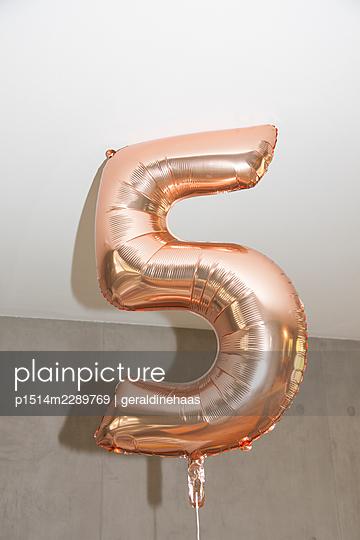 Birthday balloon - p1514m2289769 by geraldinehaas