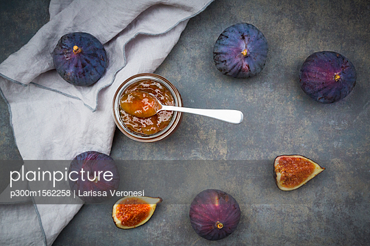 Organic figs and a glass of fig jam - p300m1562258 by Larissa Veronesi