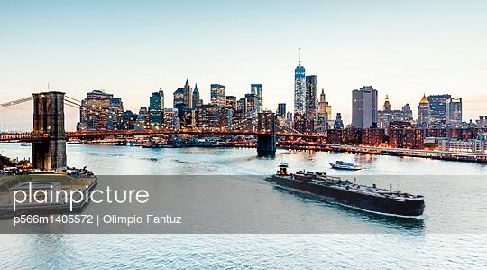 View from Manhattan Bridge - p566m1405572 by Olimpio Fantuz