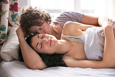 Paar im Bett - p1212m1178873 von harry + lidy