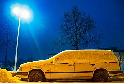 Snowcapped car in parkig - p1418m1571956 by Jan Håkan Dahlström