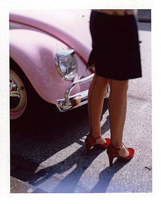 Frau in Nylons vor VW Käfer - p342m741796 von Thorsten Marquardt