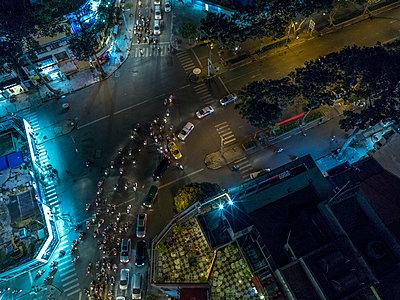 Berufsverkehr in Saigon in der Nacht - p393m1452282 von Manuel Krug