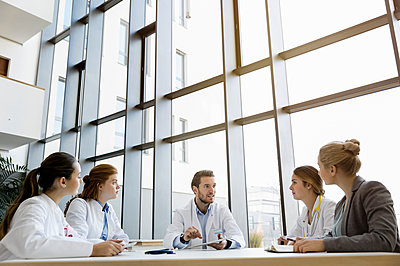 Group of doctors in meeting with consultant - p429m1407866 by suedhang photography