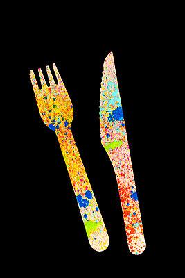 Holzmesser und Holzgabel mit Farbspritzern - p451m2098921 von Anja Weber-Decker
