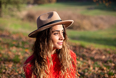 Young woman with hat in the sunshine - p975m2222113 by Hayden Verry