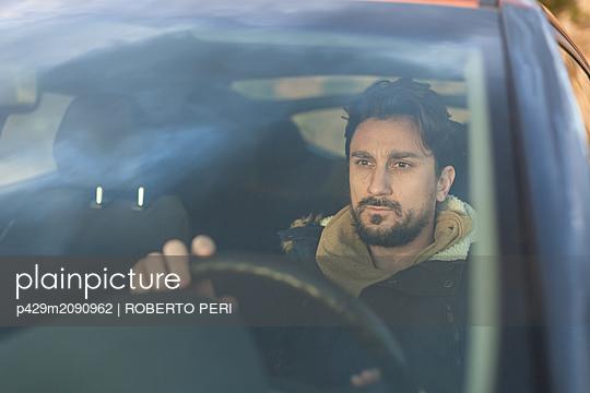 Man behind wheel - p429m2090962 by ROBERTO PERI