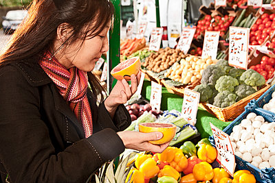 woman shopping at local produce market - p1166m2179558 by Cavan Images