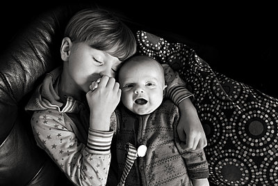 Kind mit Baby - p1308m2301254 von felice douglas