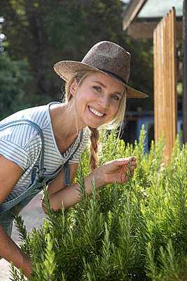 Woman working in her garden - p1678m2258825 by vey Fotoproduction