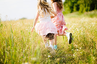 Girls running in meadow - p312m1229058 by Lisa Wikstrand