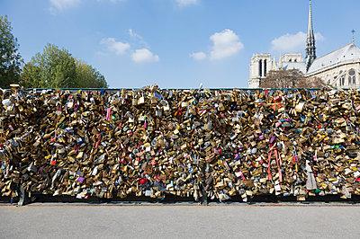 Abundance of love locks  on  pont de l'archeveche, in front of Notre Dame, Paris, France - p429m1014433 by Alex Holland