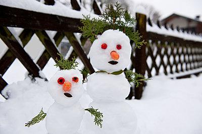 Zwei Schneemänner vor dem Jägerzaun - p533m1573846 von Böhm Monika
