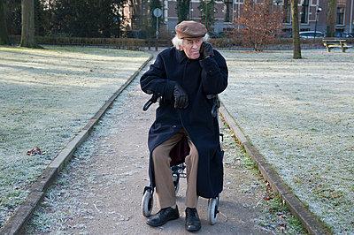 Alter Mann mit Rollator - p896m835071 von Sabine Joosten