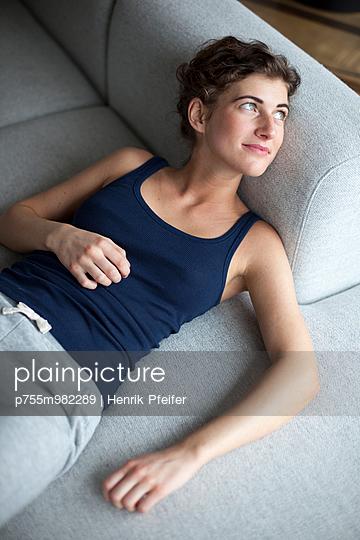 Auf dem Sofa - p755m982289 von Henrik Pfeifer