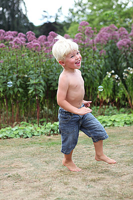 Junge rennt im Garten - p045m939870 von Jasmin Sander