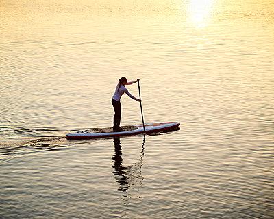 Stand up Paddle in Hamburg - p1124m1011375 von Willing-Holtz