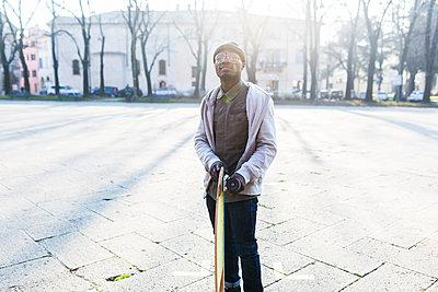 Young amn with skateboard on urban square - p300m2023545 von Giorgio Fochesato