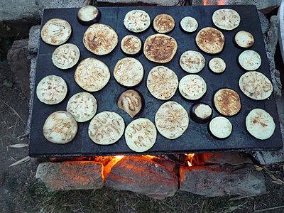 Barbecuing eggplants - p355m907178 by Sabine Büttner