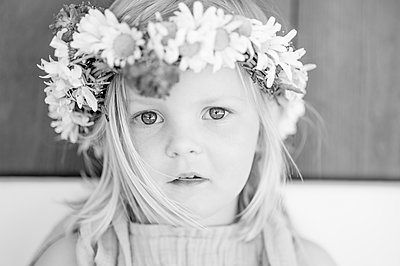 Toddler girl with floral wreath in her hair - p552m2289368 by Leander Hopf