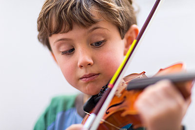 Close up of boy playing violin - p555m1410220 by Marc Romanelli