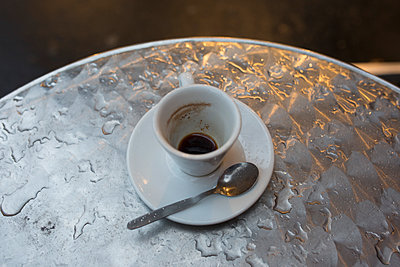 Empty coffee cup - p623m1086536f by Anne-Sophie Bost