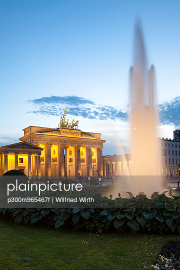 Germany, Berlin, Berlin-Mitte, Pariser Platz, Brandenburg Gate in the evening - p300m965467f by Wilfried Wirth