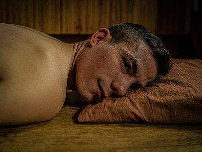 Man relaxing - p1267m1525637 by Wolf Meier