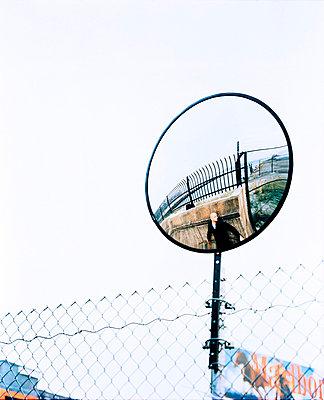 Mann hinter einer Mauer - p8450030 von Robert DiScalfani