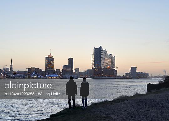 Blick auf die Elbphilharmonie - p1124m1223258 von Willing-Holtz