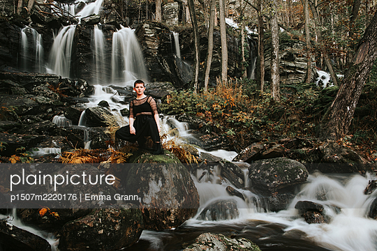Young woman at waterfall, Sweden - p1507m2220176 by Emma Grann