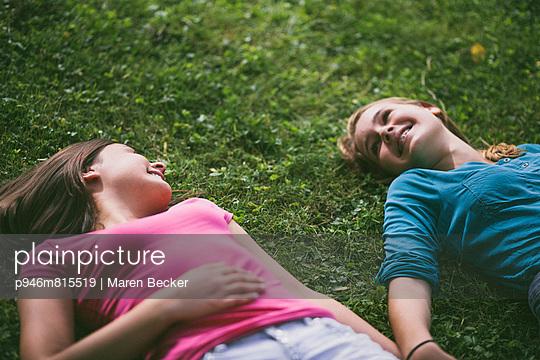 Freundschaft - p946m815519 von Maren Becker
