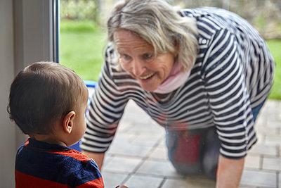 Grandmother meets grandson, portrait - p1146m2187855 by Stephanie Uhlenbrock