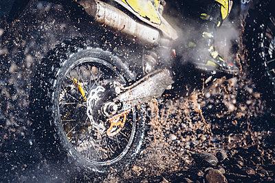 Motorcyclist crosses a river with motocross motorcycle - p300m2081059 von Oscar Carrascosa Martinez