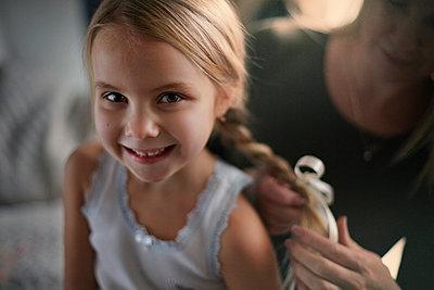 Mother braiding hair of daughter - p555m1305732 by Vladimir Serov