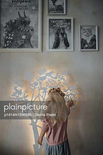 Girl looking on a lamp  - p1414m1590586 by Dasha Pears