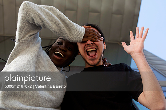 Portrait of a carefree young couple outdoors - p300m2167072 by Valentina Barreto