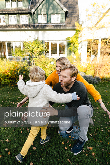 Happy affectionate family in garden - p300m2167257 by Kniel Synnatzschke