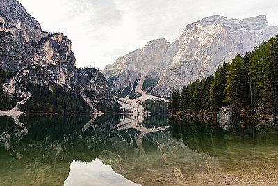 Morgenstimmung am Pragser Wildsee, Südtirol - p1396m1502297 von Hartmann + Beese