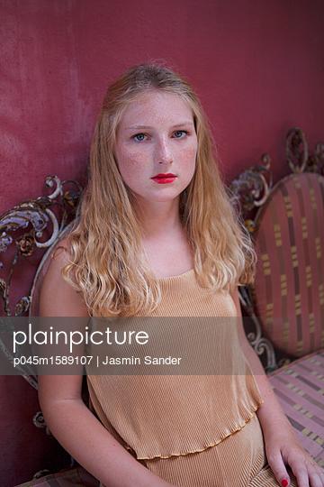 Frau sitzt auf schöner Sitzbank - p045m1589107 von Jasmin Sander