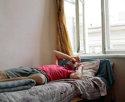 Mann schläft auf seinem Bett - p1409m1466420 von margaret dearing