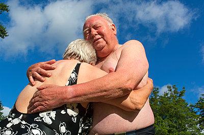 Älteres Paar im Freibad - p427m972714 von R. Mohr