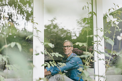 Mature man looking out of the window - p586m1178515 by Kniel Synnatzschke