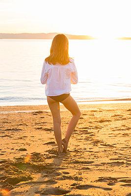 Girl at Crown Beach, USA - p756m2053389 by Bénédicte Lassalle
