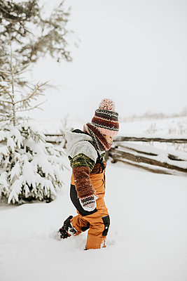 Canada, Ontario, Girl (2-3) walking in snow - p924m2271193 by Sara Monika