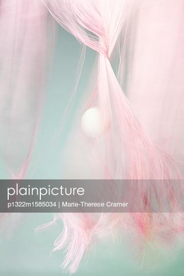 Mystische Kugel und rosa Gewebe - p1322m1585034 von Marie-Therese Cramer