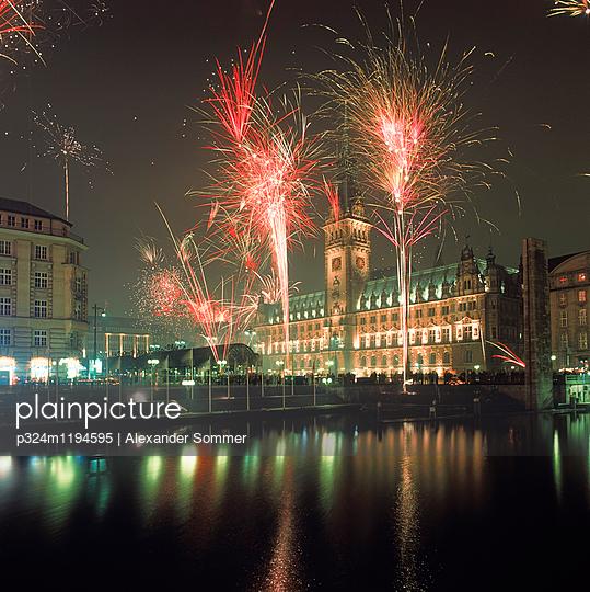 Feuerwerk zu Silvester - p324m1194595 von Alexander Sommer