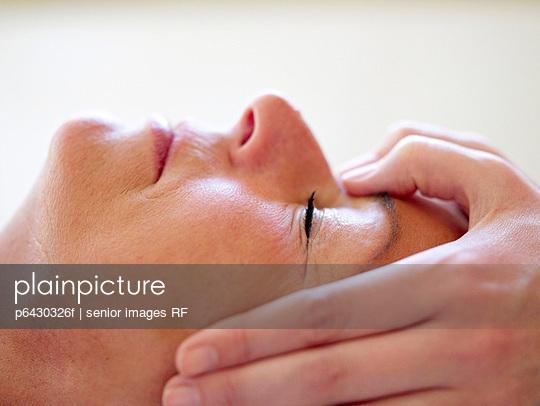 Aeltere Frau bei der Gesichtsmassage  - p6430326f von senior images RF