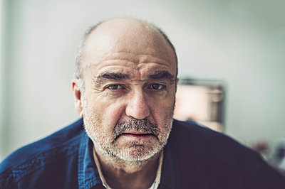 Portrait of serious looking senior man - p300m1019857f by Frank Röder