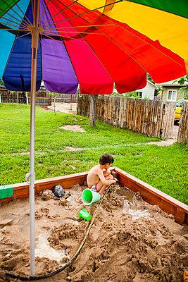 Japanese American boy playing in sandbox - p343m1446720 by Steve Glass